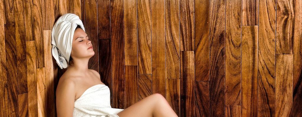 Richtig Saunieren Frau in Sauna
