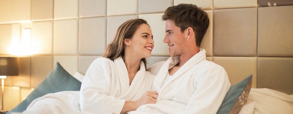 saunamantel paar in spa